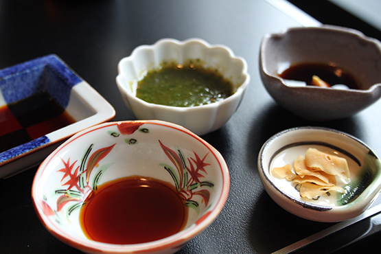 Display-of-small-sauce-and-side-dishes-bowls