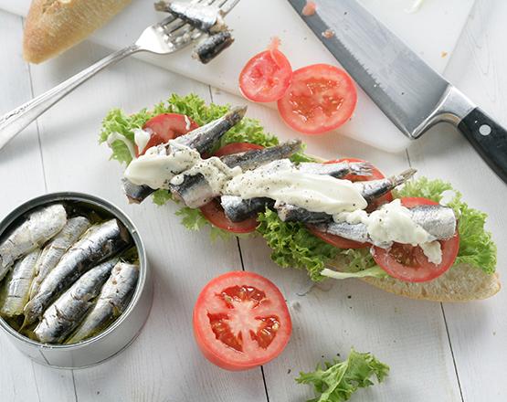 Bocadillo de sardinas en lata