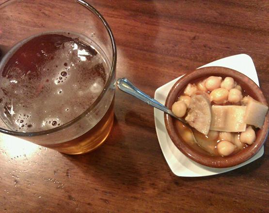 Cerveza y callos en una taberna de Negreira