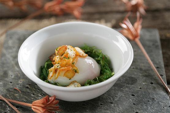 Huevo a baja temperatura con ensalada de algas y migas de pan